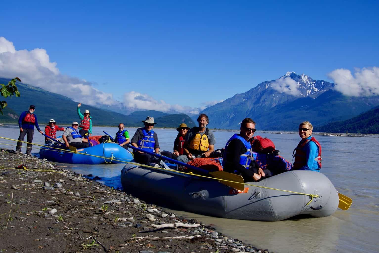 Reisegruppe beim Rafting in Alaska