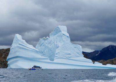 riesige Eisberge ziehen durch die Fjorde