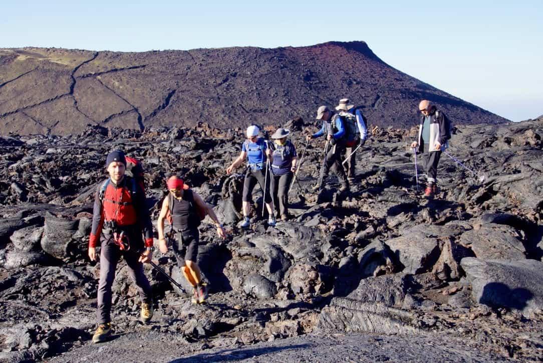 Wandern über erstarrte Lava